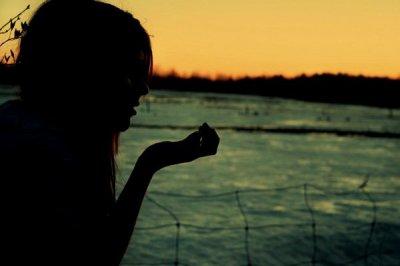 Elle reste des heures dans le noir, se nourrit de la peur qu'on la détruise en un regard. Un gramme de moins est une victoire. Elle ignore que le pire juge est dans son miroir. Affaiblie, cernée, elle danse. Elle danse. Son coeur s'emballe en silence. Elle part. Elle vit dans ses rêves, ce monde l'ennuie, renit son corps autant que son esprit. Elle vit dans ses rêves pour mieux se fuir. Elle oublie la faim. Elle oublie le pire. Elle perd ses couleurs quand elle s'égare, creuse chacune de ses formes. Sculpter son corp est un art. Elle vomit sa rage, son désespoir, déchire les belles images qui font son histoire. Assombrie, vidée, elle danse. Elle danse. Pour s'évanouir en silence. Trop tard. Elle vit dans ses rêves, ce monde l'ennuie, renit son corps autant que son esprit. Elle vit dans ses rêves pour mieux se fuir. Elle oublie la faim. Elle oublie le pire. La belle s'en est allée. Là-bas peut-elle encore rêver ? A-t-elle appris à s'aimer ? La belle s'en est allée. Elle vit dans ses rêves, ce monde l'ennuie, renit son corps autant que son esprit. Elle vit dans ses rêves pour mieux se fuir. Elle oublie la faim. Elle oublie le pire. Elle vit dans ses rêves. Oh elle vit dans ses rêves, dans ses rêves, dans ses rêves. Elle vit dans ses rêves...  ܤ Willkommen !
