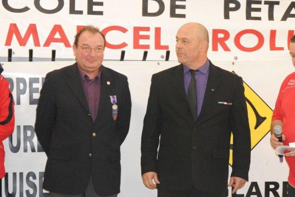 remise de medaille a MR  JULIA par MR CAZANOVA