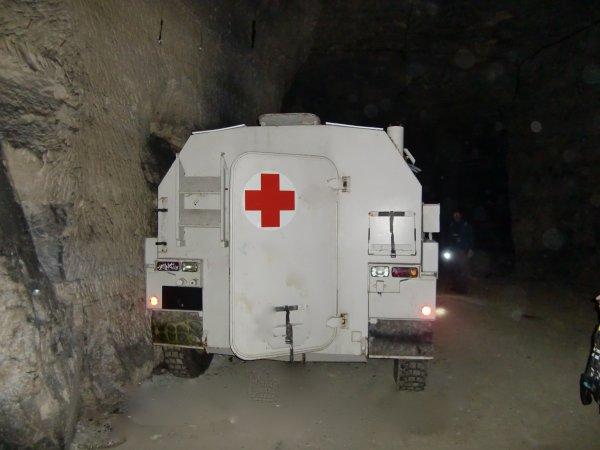 Véhicule croix rouge blindé dans une galerie