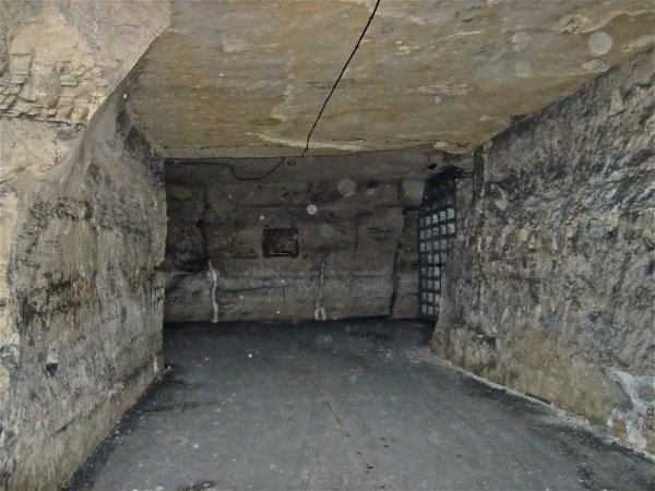 Mur anti-déflagration pour limité le souffle dans les galeries lors d'un éventuel bombardement