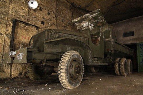 Camion militaire dans une galerie