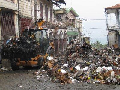 Jacmel – Sociale : Des Jeunes nettoient le marché de la ville, bénévoles