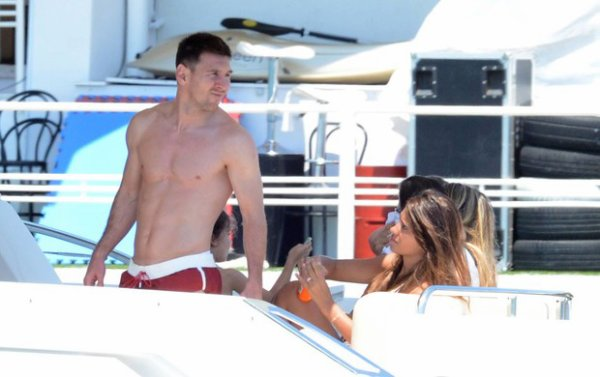 Leo Messi rejoint sa femme Nella et son fils Thiago et Dani et Cesc pour des vacances a Ibiza