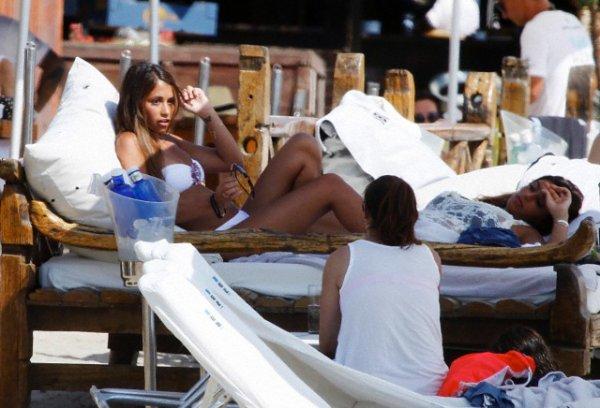 Les trois couple barcelonais: Messi, Fabregas et Pinto a Ibiza le 11 juillet