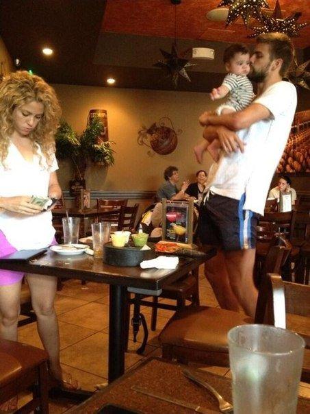 Gerard Piqué et Shakira et Milan le 16 - 07 a Hawai