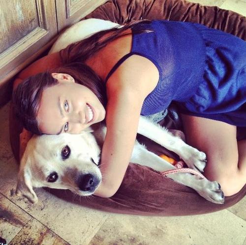 Irina Shayk et son chien le 20 - 07