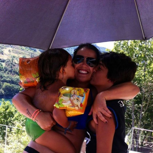 Katia Aveiro et ses garçons: Rodrigo et Diniz a la piscine le 26 - 08