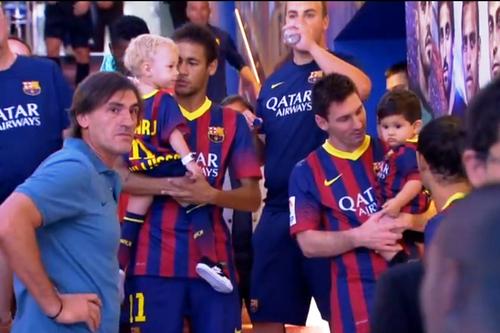 Antonella Roccuzzo, Leo Messi et Thiago Messi, Neymar et Davi Lucca au mach le 24 - 09