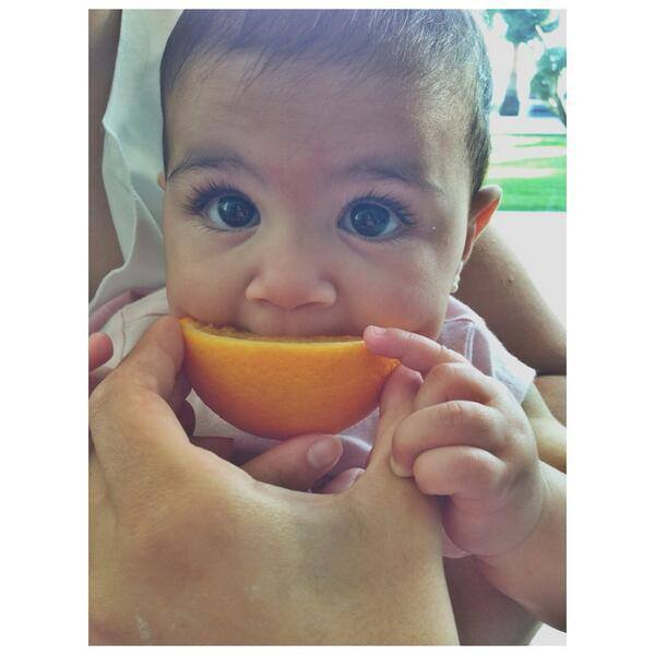 Lia Fabregas et sa premiére orange (via Maria Instagram)