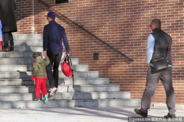Cristiano Ronaldo accompagne son fils a la maternelle le 21 - 11