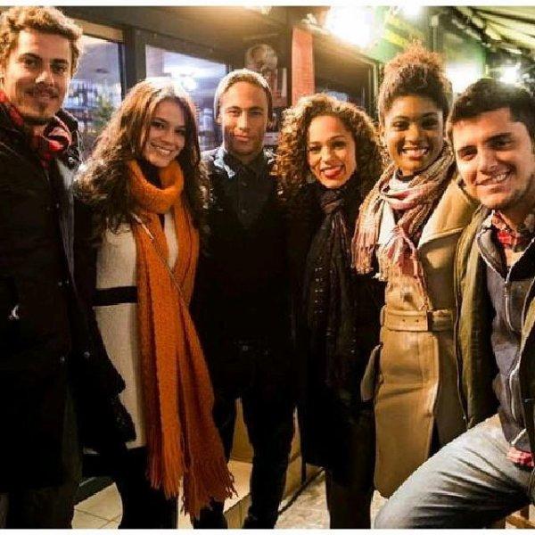 Bruna Marquezine, Neymar et des fans le 09 - 12