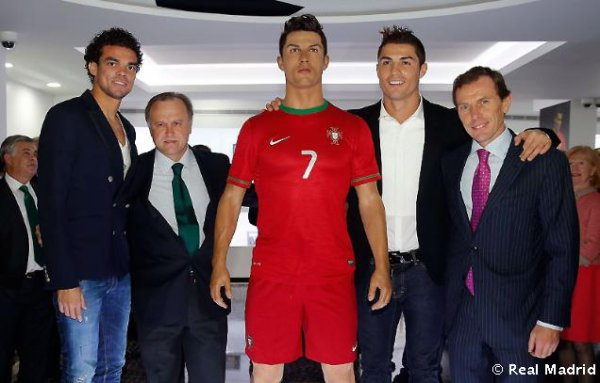 Cristiano Ronaldo, Irina Shayk, son fils et sa famille pendant l'inoguration du musée CR7 le 15 - 12 a Madeire