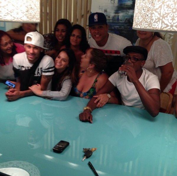 Bruna Marquezine et Neymar avec des amis et des fans le 18 - 06