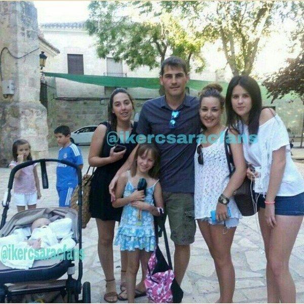 Sara Carbonero, Iker et Martin Casillas avec des fans le 11 - 07
