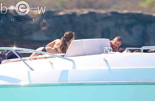 Chloé De Launay et Karim Benzema a Ibiza le 15 - 07