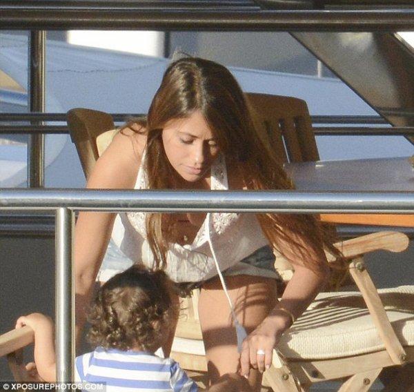 Antonella Roccuzzo, Daniella Semaan, Lia Fabregas, Thiago et Leo Messi a Capri le 23 - 07