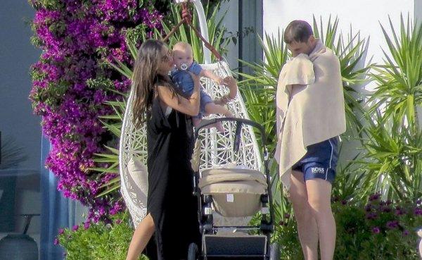 Sara Carbonero, Iker Casillas et Martin en vacances au Portugal le 05 - 07