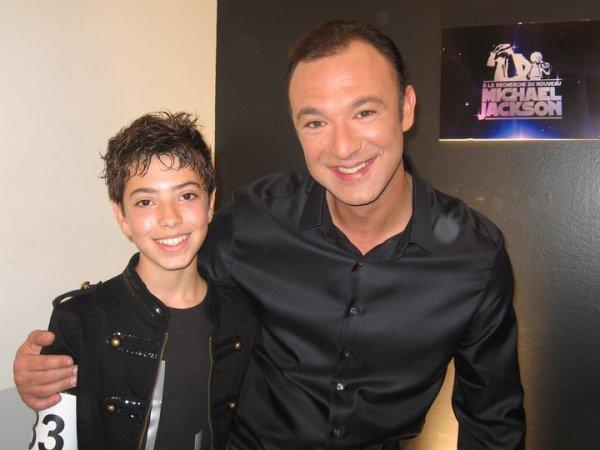Cette photo date de 2010, depuis il a bien changé ! Il chante au top : http://evans-becker-officiel.skyrock.com/