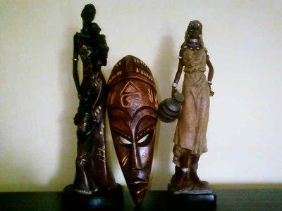 deux statue et un masque
