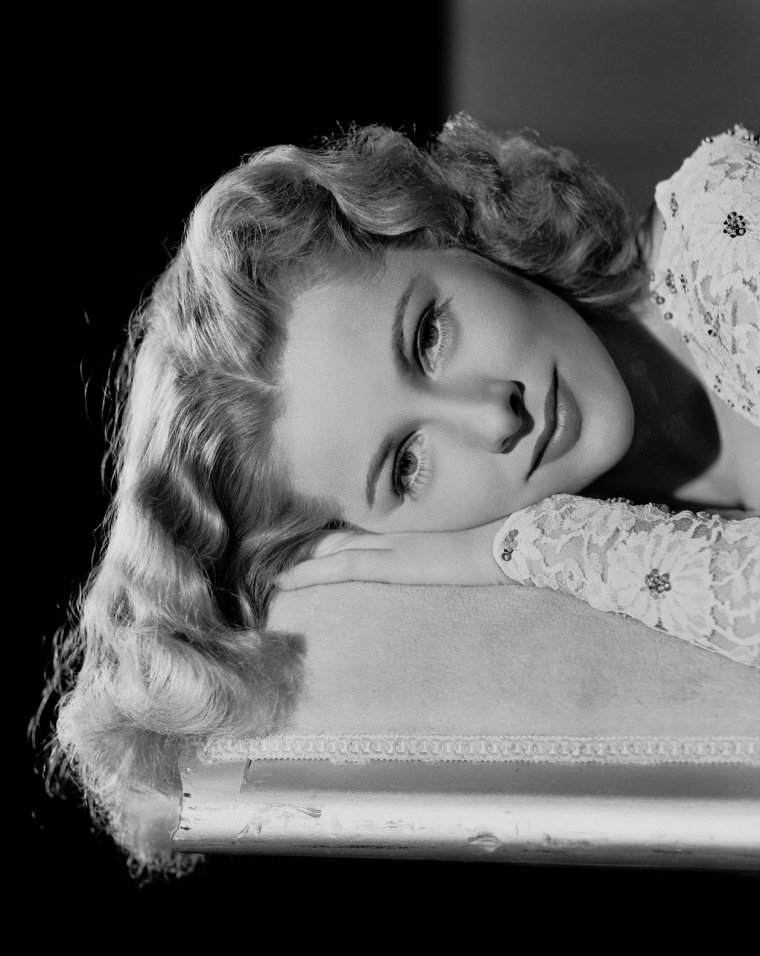 "Joan FONTAINE (Born : Joan DE BEAUVOIR DE HAVILLAND,  October 22, 1917 in Tokyo, JAPAN,  Died : December 15, 2013 (age 96) in Carmel, California, USA).  Height :	5' 3½"" (1,61 m)."