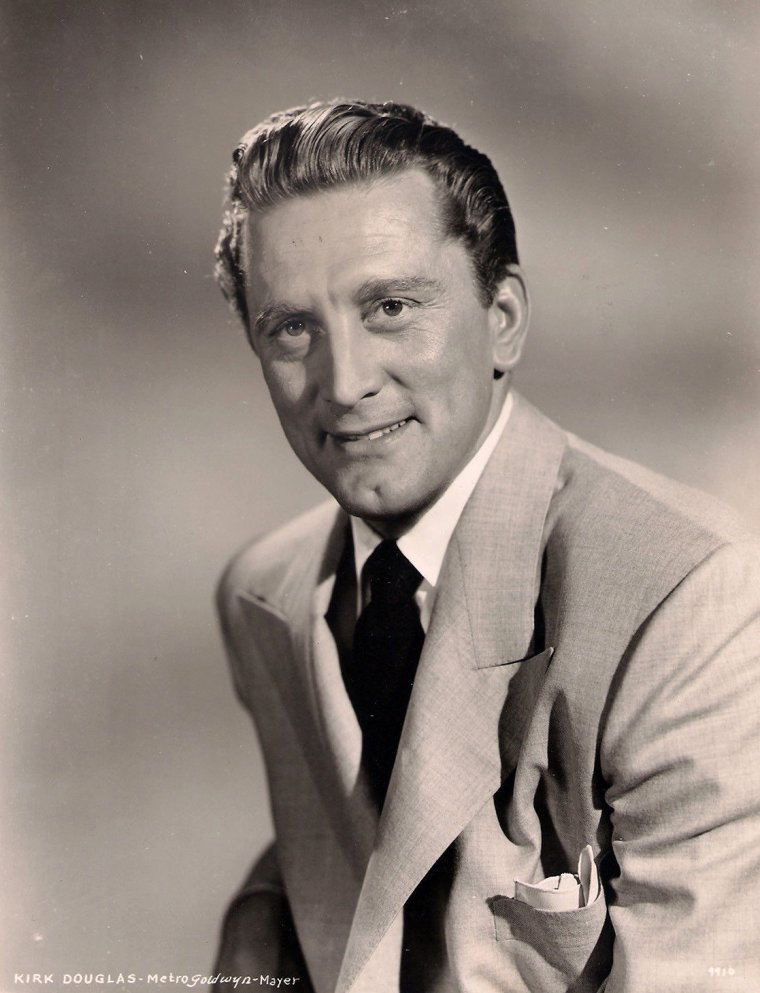 "Kirk DOUGLAS (Born : Issur Danielovitch DEMSKY,  December 9, 1916 in Amsterdam, New York, USA) Height : 5' 9"" (1,75 m)"