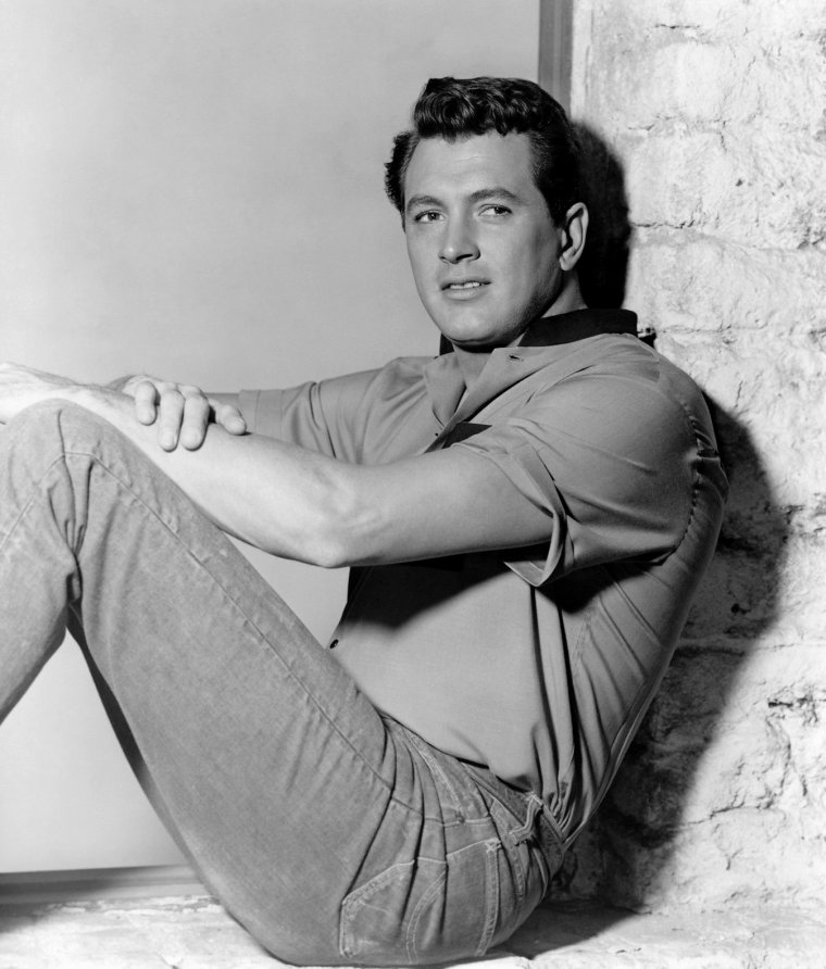 "Rock HUDSON (Born : Roy Harold SCHERER Jr.,  November 17, 1925 in Winnetka, Illinois, USA,  Died : October 2, 1985 (age 59) in Beverly Hills, Los Angeles, California, USA) Height	6' 5"" (1,96 m)."