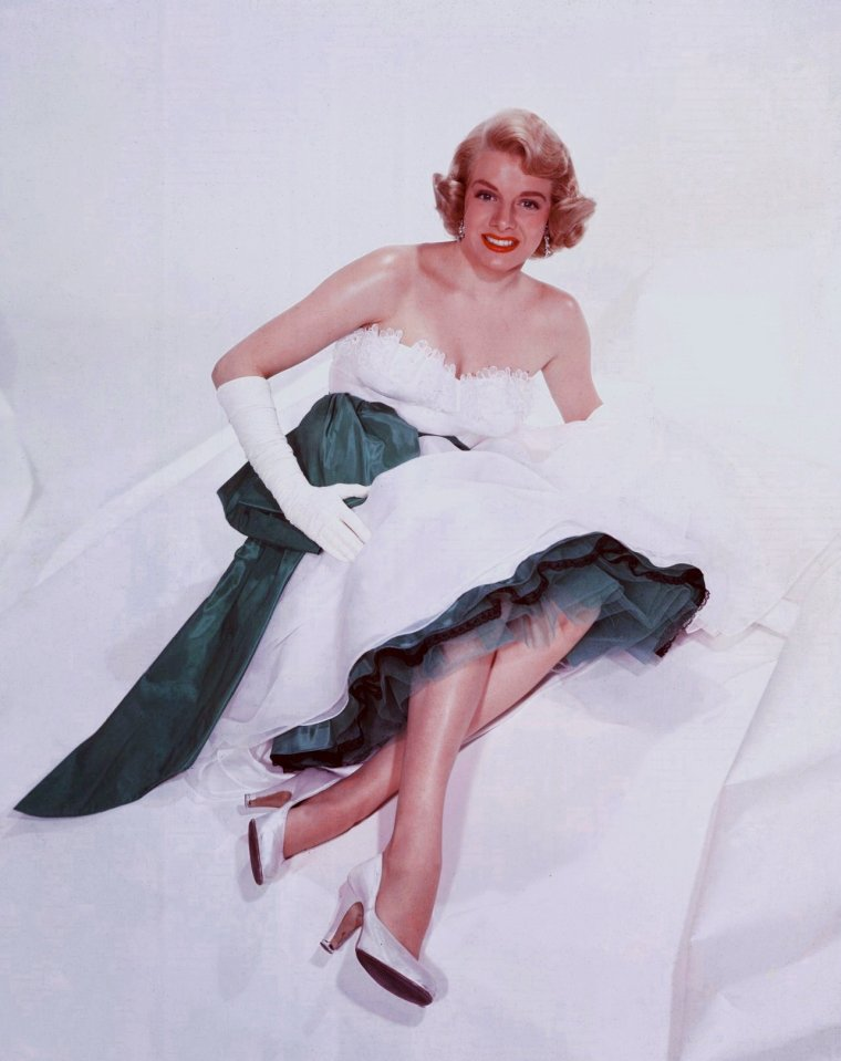 "Rosemary CLOONEY (Born : Rose Mary CLOONEY,  May 23, 1928 in Maysville, Kentucky, USA,  Died : June 29, 2002 (age 74) in Beverly Hills, Los Angeles, California, USA) Height : 5' 6"" (1,68 m)"
