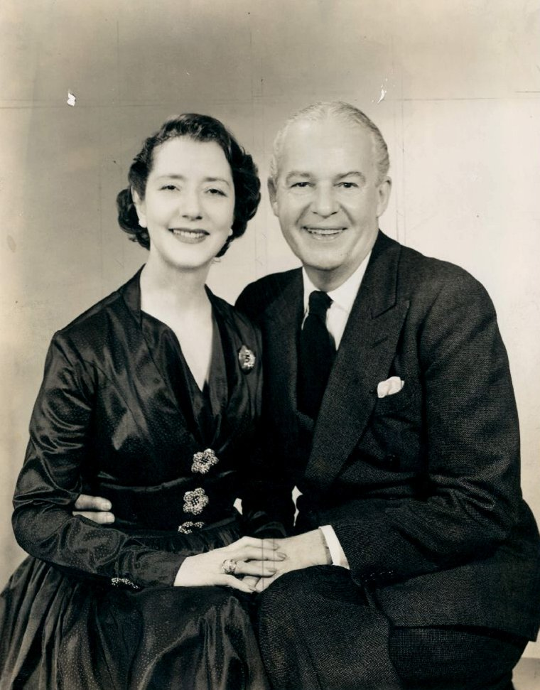 "Alfred LUNT and Lynn FONTANNE (A.L. : Born : August 12, 1892 in Milwaukee, Wisconsin, USA,  Died : August 3, 1977 (age 84) in Chicago, Illinois, USA)  L.F. : (Born : Lillie Louise FONTANNE,  December 6, 1887 in Woodford, Essex, ENGLAND, UK,  Died : July 30, 1983 (age 95) in Genesee Depot, Wisconsin, USA) Height : 5' 5"" (1,65 m)"