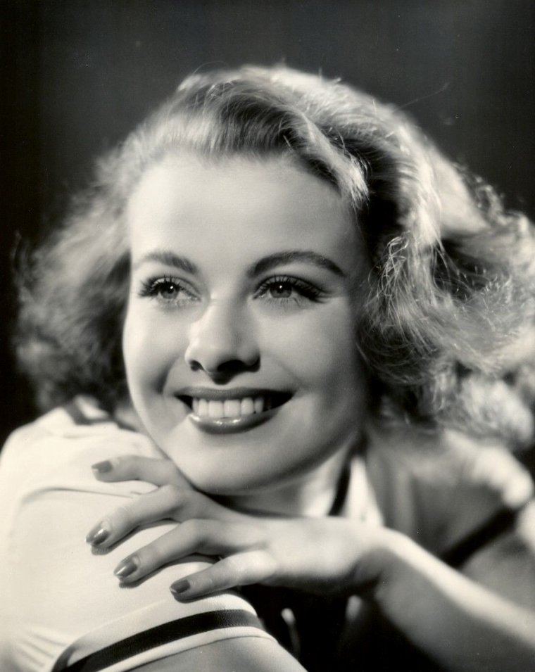 "Joan MARSH (Born : Dorothy D. ROSHER,  July 10, 1914 in Porterville, California, USA,  Died : August 10, 2000 (age 86) in Ojai, California, USA) Height : 5' 2"" (1,57 m)"