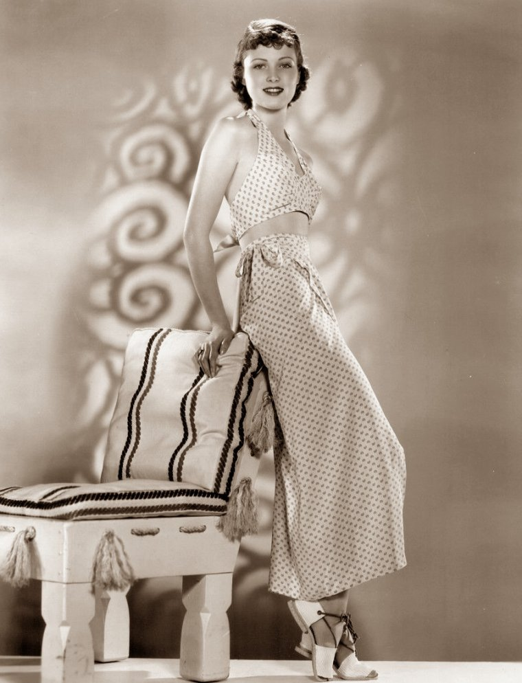 """June LANG (Born : Winifred June VLASEK,  May 5, 1917 in Minneapolis, Minnesota, USA,  Died : May 16, 2005 (age 88) in Valley Village, California, USA)  Height : 5' 3½"""" (1,61 m)"""