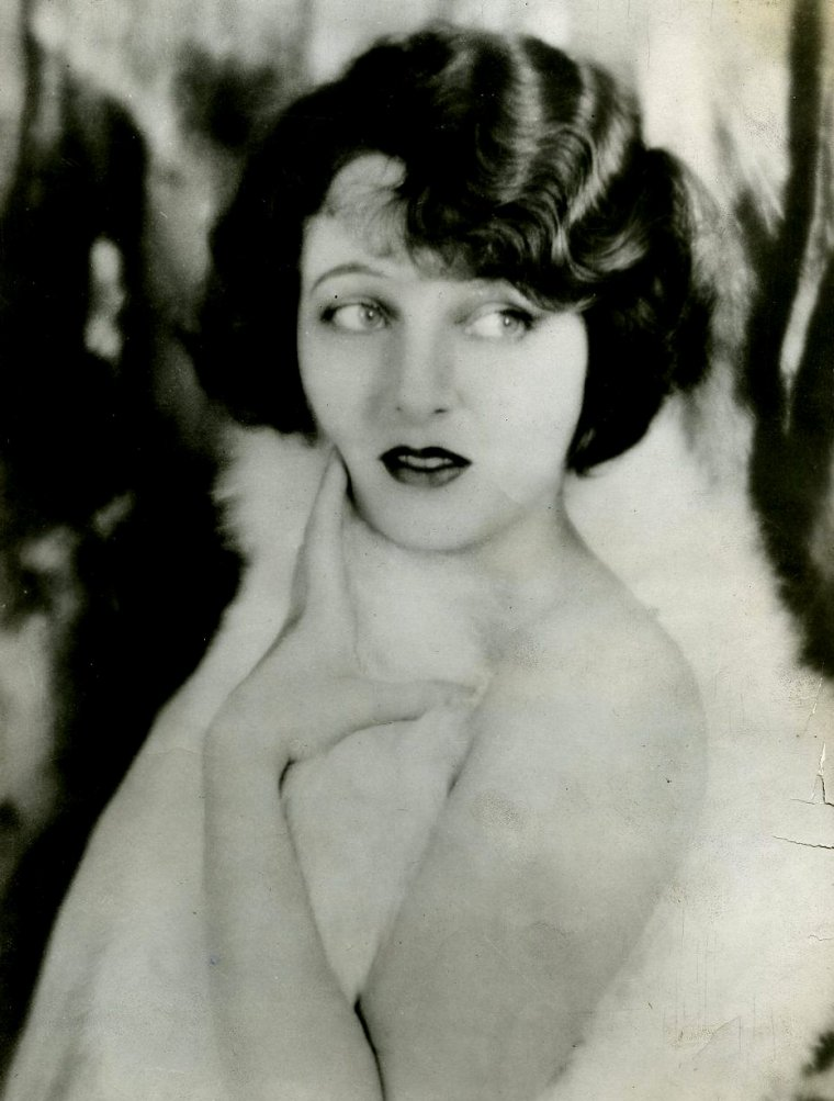 "Corinne GRIFFITH (Born : Corinne Mäe GRIFFIN,  November 21, 1894 in Texarkana, Texas, USA,  Died : July 13, 1979 (age 84) in Santa Monica, California, USA) Height : 5' 6"" (1,68 m)"