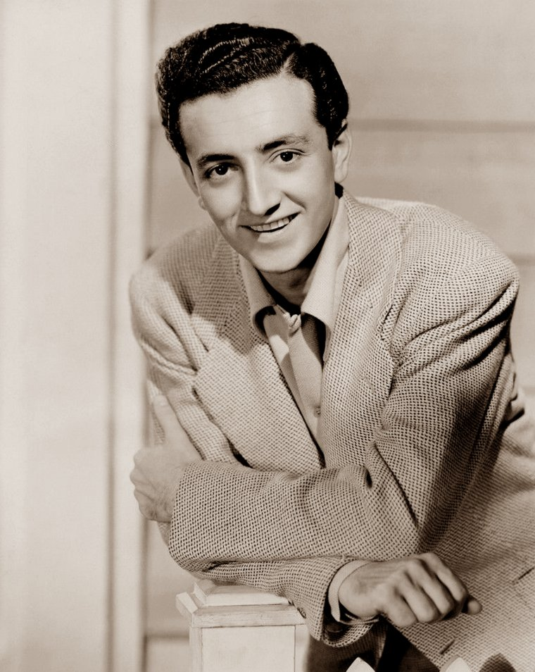 "Vic DAMONE (Born : Vito Rocco FARINOLA,  June 12, 1928 in Brooklyn, New York City, New York, USA)  Height : 5' 10"" (1,78 m)"