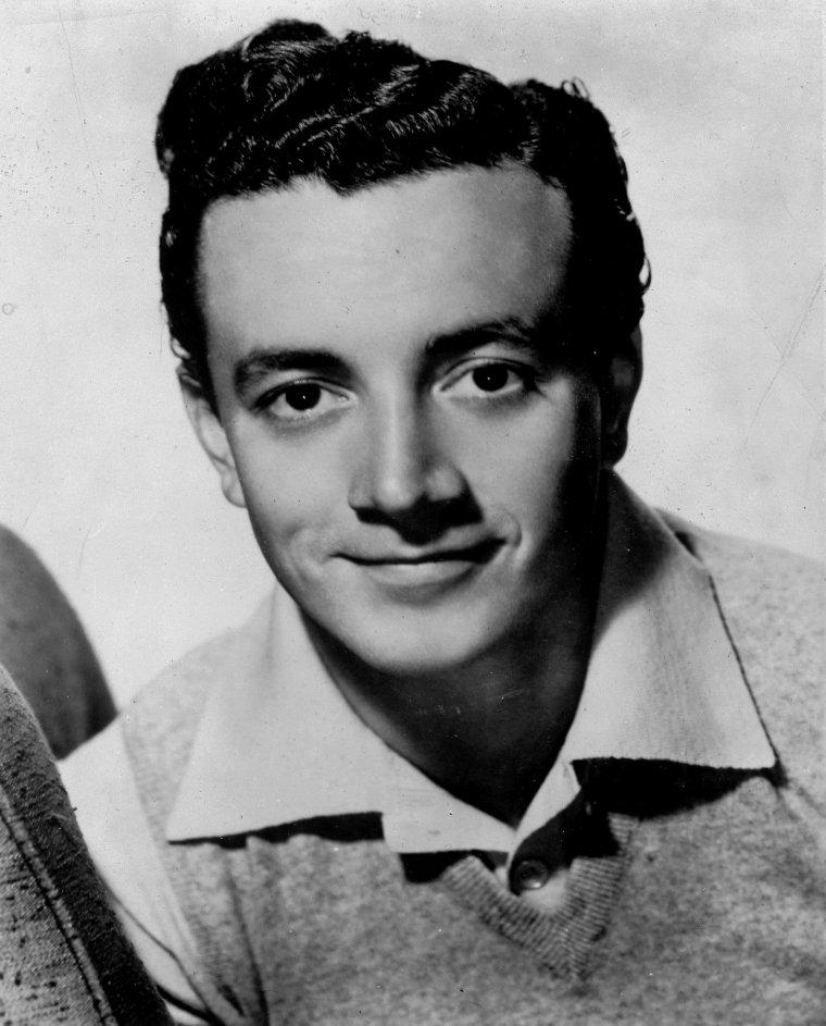"Vic DAMONE (Born : Vito Rocco FARINOLA,  June 12, 1928 in Brooklyn, New York City, New York, USA)  Height : 5' 10"" (1,78 m)"