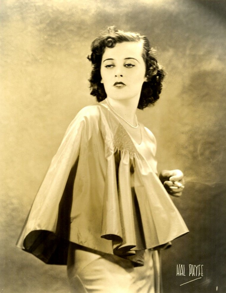 "Sally O'NEIL (Born : Virginia Louise CONCEPTA NOONAN,  October 23, 1908 in Bayonne, New Jersey, USA,  Died : June 18, 1968 (age 59) in Galesburg, Illinois, USA)  Height : 5' 2"" (1,57 m)"