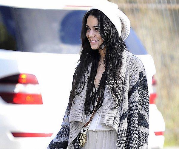 . 01 JANVIER 2013 : Pour le premier candids de l'année Vanessa est aller déjeuner avec son chéri .. Si l'année 2013 commence comme ça je sens qu'on vas s'éclater avec ce genre de sorti .. Par contre , sa tenue est vraiment sublime ,elle nous réinvente le look hippie avec une touche du look bohème. TOP  .