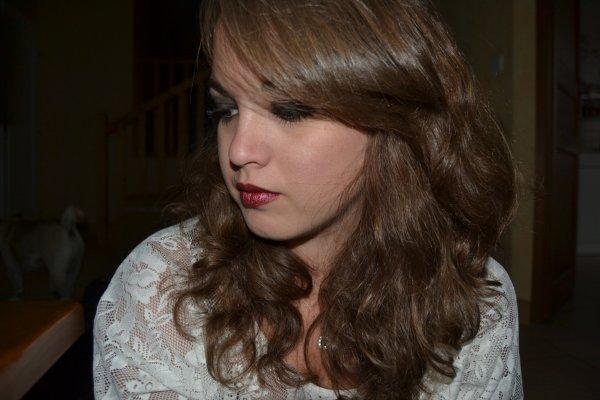 Les yeux abîmés à force de pleurer, le coeur déchiré d'avoir trop aimé. Elle ne marche jamais la tête baissée, même si la vie l'a profondément blessé.