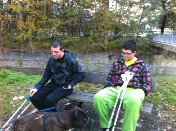 Aujourd hui grande promenade avec mon parrain ma petite cousine ma tati maman et les deux chiens