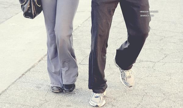 Lundi 26 décembre : On retrouve Vanessa Hudgens et Austin, sortant déjeuner dans « Studio City ».