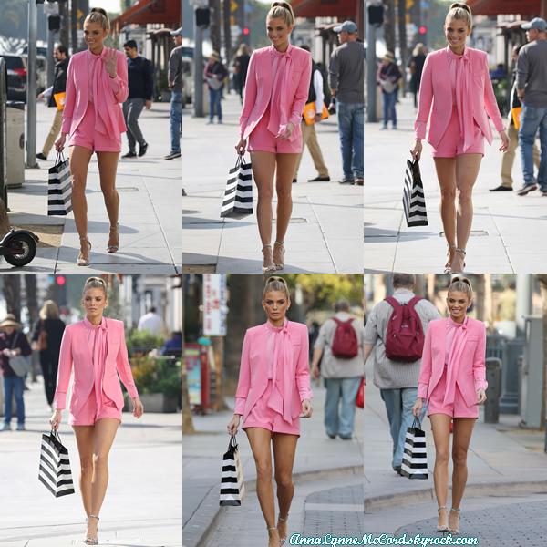 18/01/18 : AnnaLynne faisait du shopping après avoir fait la promotion de la série  Let's Get Physical  à Los Angeles.  J'adore la tenue que porte Anna, le rose lui va si bien que c'est un joli top !