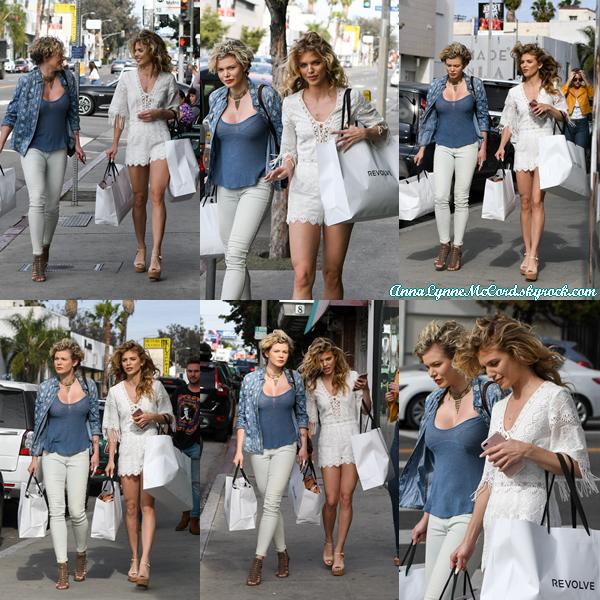 07/04/17 : AnnaLynne quittait le  Revolve Social Club  en compagnie de sa s½ur  Angel  à Los Angeles.  Les s½urs McCord sont joliment habillées top pour l'ensemble !