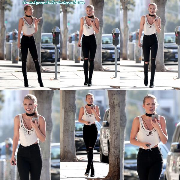 01/09/16 : AnnaLynne allant chercher un café de bon matin à Santa Monica.