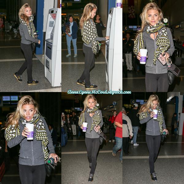 11/01/16 : AnnaLynne était à l'aéroport de  LAX  à Los Angeles.