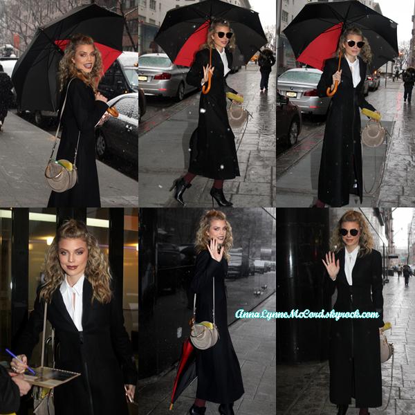 23/02/18 : AnnaLynne quittant l'émission de télévision Good Day New York à New-York.  Anna s'habille avec style, dommage qu'on ne puisse pas en voir plus, top !