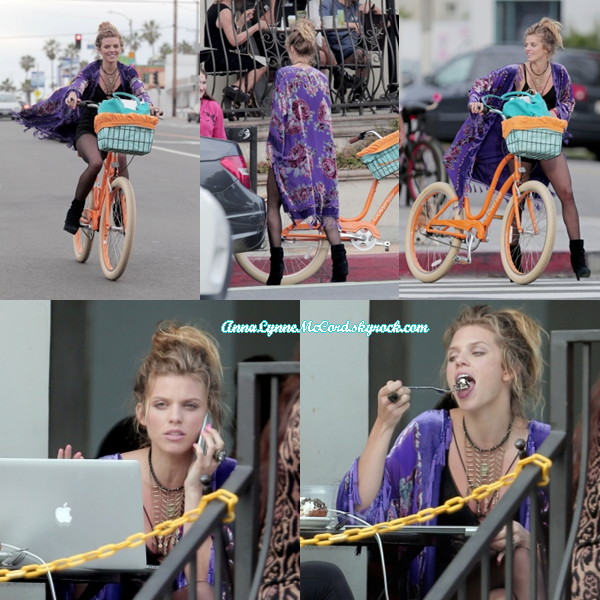 19/03/15 : AnnaLynne photographiée faisant du vélo puis prenant du bon temps à Venise.