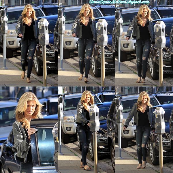 28/03/18 : AnnaLynne était de promenade dans les rues de Beverly Hills.  Une tenue vraiment simple mais rien de mieux que la simplicité dans ce cas, un top !