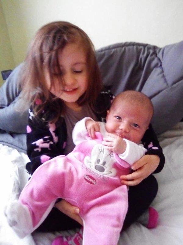 mes deux petites -filles Tahis et Elisa <3