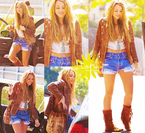 Coup de coeur pour Miley Cyrus, qui nous a sortir une superbe tenue ! Nous sommes en Octobre, pourtant Miley nous sors un short ? Je dis oui, le concept 'bobo' rend vraiment bien sur elle, de plus sa nouvelle couleur (blond) l'a rend vraiment belle, on se croirait presque en été O_O, que dire de plus ? J'aime les touches de beige qui font toute la tenue (le sac, la veste, les bottes) le collier amène une touche de couleur (turquoise) j'accroche ! ♥
