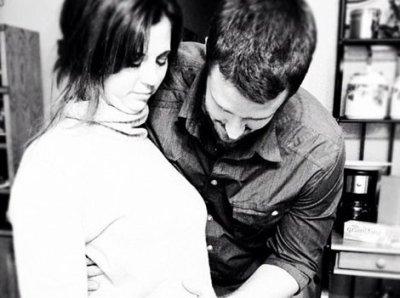 Selena a annoncé sur son compte Instagram qu'elle serai bientôt grande soeur, accompagné d'une photo de sa mère Mandy et de son beau père Brian.