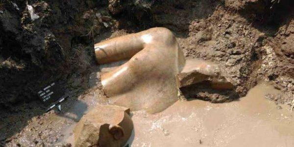 Une statue représentant Ramsès II déterrée en Egypte