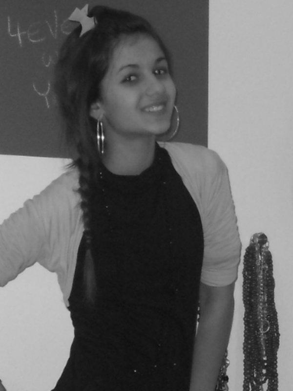 Le temps passe, les choses changent, les gens nous font sourire et nous déçoivent,parfois on continue sans y prêter attention , mais au fond on oublie rien, on sourit en disant que tout va bien... ♥